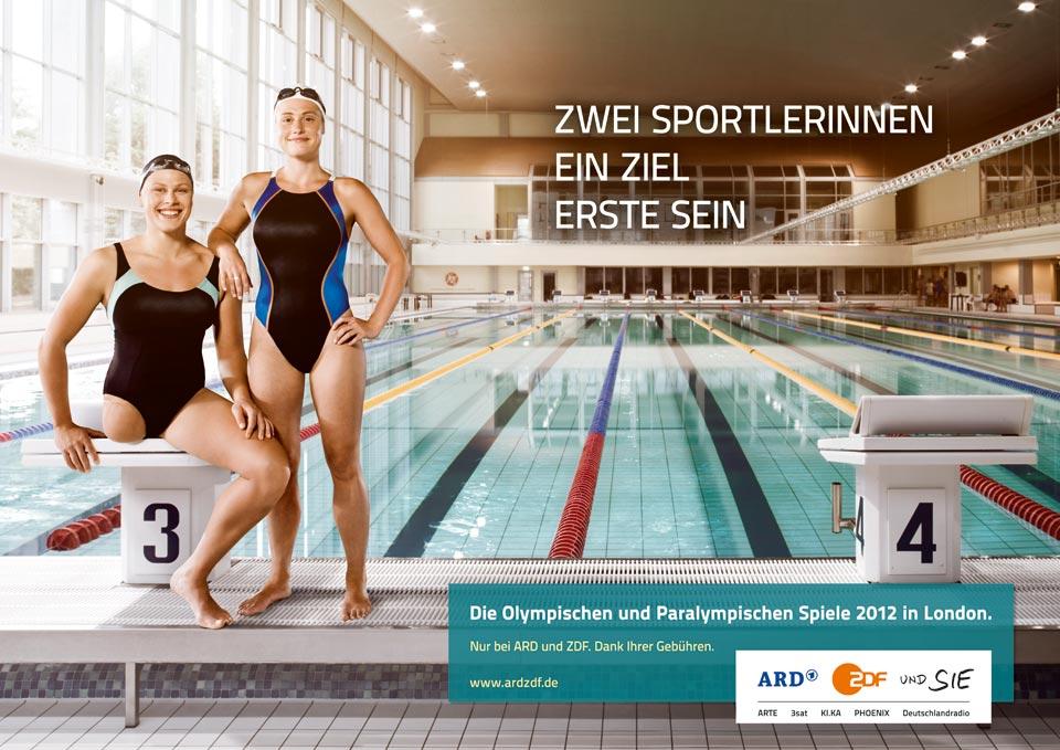 Plakat zu der Kampagne von ARD und ZDF zu den olympischen und paralympischen Spielen. Christiane Reppe und Franziska Schreiber am Beckenrand der Schwimmhalle.