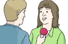 Mann hat Mikrofon in der Hand und stellt einer Frau eine Frage