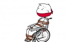 Ein Rollstuhlfahrer, der gefesselt und geknebelt an einen Rollstuhl ist