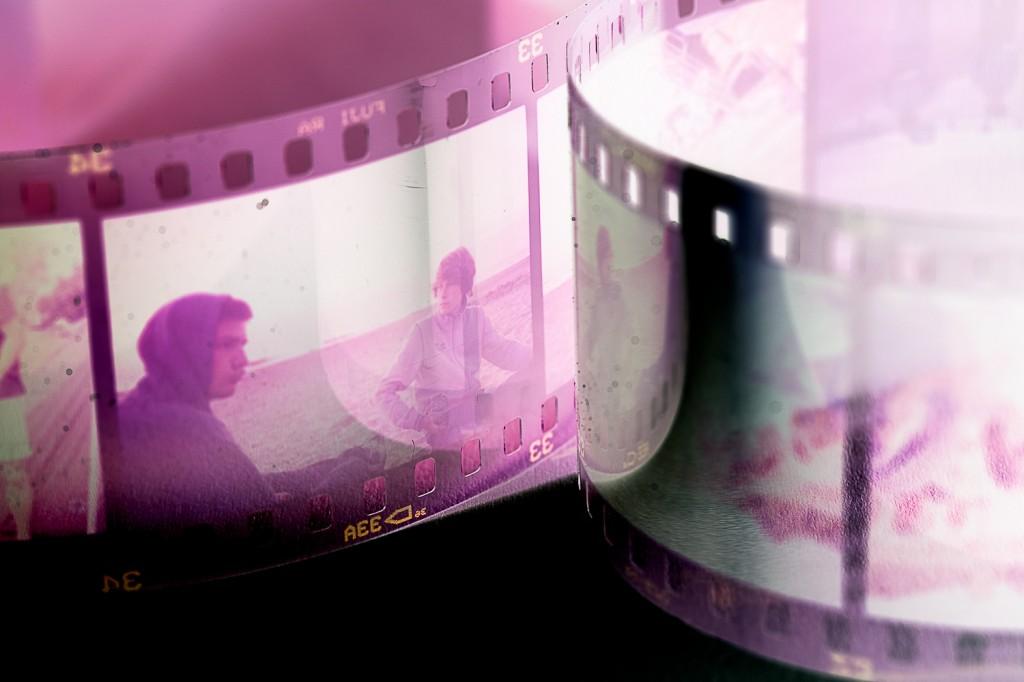 Ein Negativfilm auf den man zwei Jungen im Gespräch sieht.