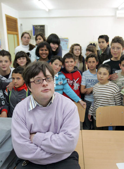 Pablo Pineda mit SchülerInnen des Colegio Miguel de Cervantes in Córdoba. (Quelle: http://elpais.com, F. J. VARGAS)
