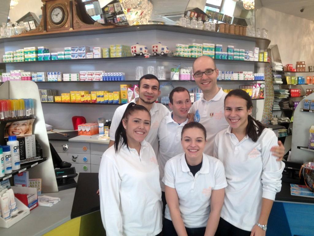 Gehörlose Mitarbeiter und Mitarbeiterinnen der Marien Apotheke zu sechst auf einem Foto