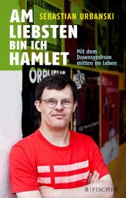"""Cover vom Buch """"Am liebsten bin ich Hamlet"""" von Sebastian Urbanski. Zu sehen ist ein Foto von ihm, wie er in einem roten T-Shirt mit zwei weißen Streifen , die Arme verschränkt, mit einer runden Brille schauend in die Kamera blickt. Er wirkt zufrieden und souverän. Im Hintergrund sind Plakate von Theaterstücken zu sehen."""