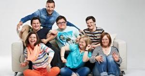 """Zu sehen sind die Protagonistinnen und Protagonisten der Serie """"Zeig mir deine Welt"""" (ARD) . Es sind drei junge Frauen und drei junge Männer, die lachend und wie tanzend auf und vor einem weißen Sofa sitzen. Hinter ihnen sitzt Moderator Kai Pflaume."""