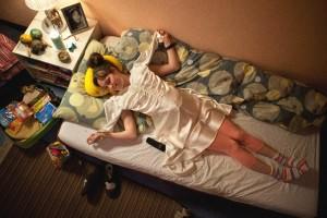 Dora Sitzt bereit für die Reise auf dem Bett, sie telefoniert mit Felix (Quelle: Alamodefilm)