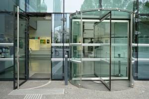 eine leicht zu öffnende automatische Tür vor dem Universalmuseum Joanneum / Österreich