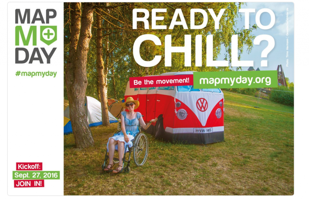 """Eine Frau im Rollstuhl sitzt auf einer Wiese. Hinter ihr ist ein VW-Bus in Weiß-Rot zu sehen. Das Bild trägt die Überschrift """"Ready to chill?"""""""