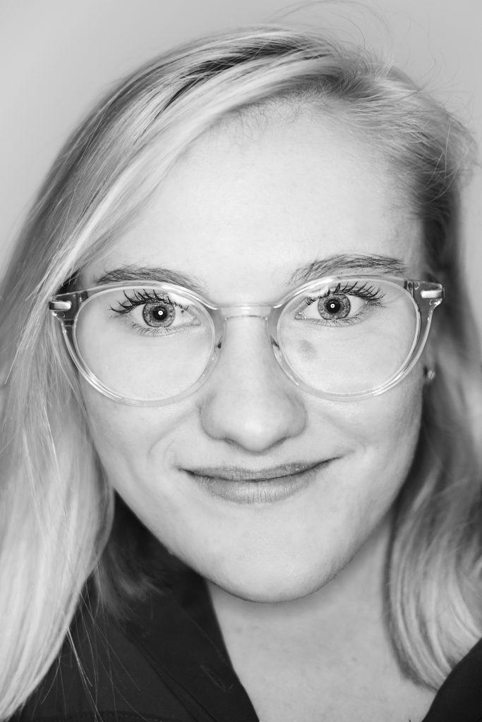 Porträtbild in schwarz weiß von Hannah Schmidt