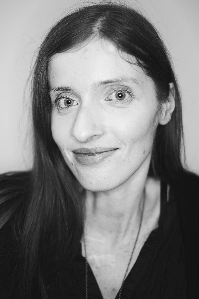 Porträtbild in schwarz weiß von Adina Hermann