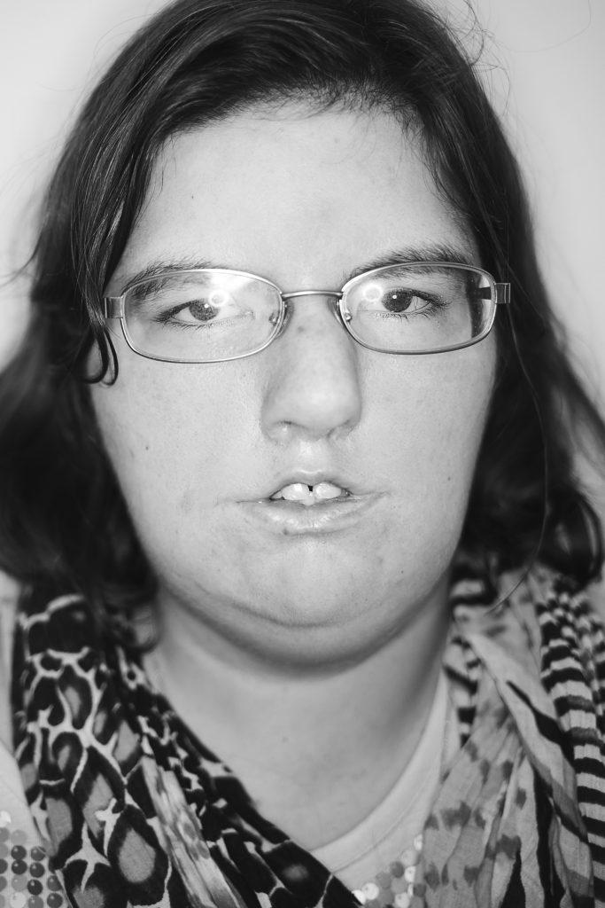 Porträtbild in schwarz weiß von Sandra Hertzke