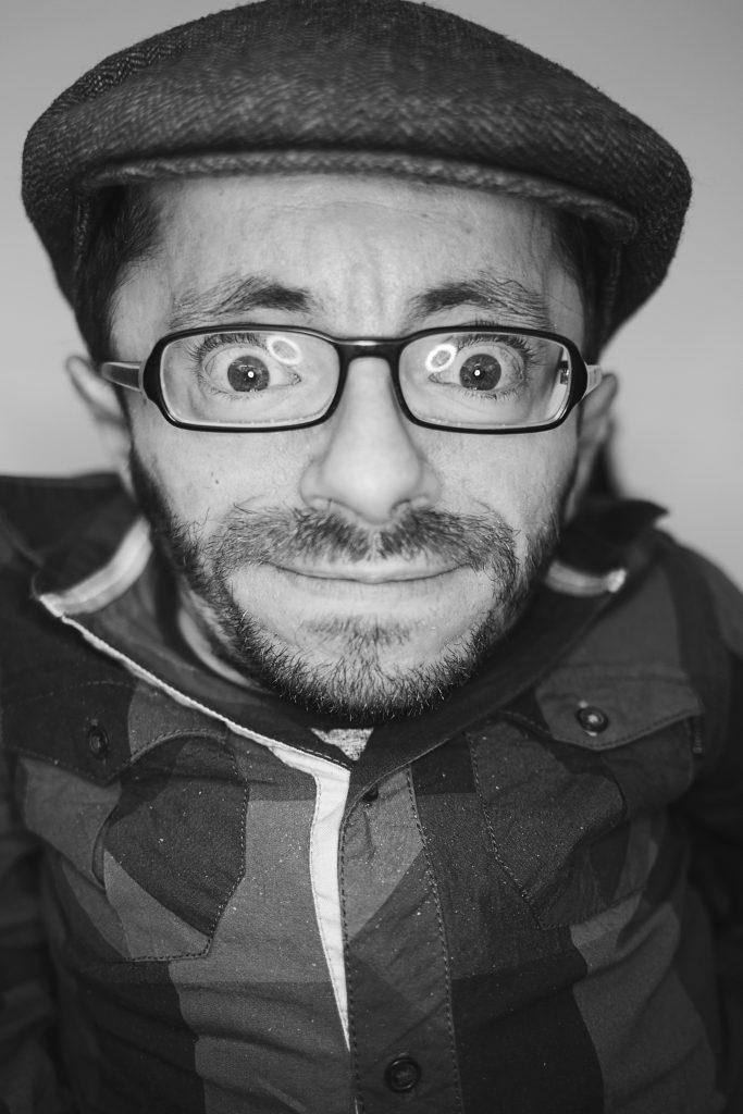 Porträtbild in schwarz weiß von Raul Krauthausen