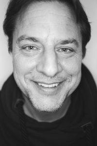 Porträtbild in schwarz weiß von Lukas Wallraff