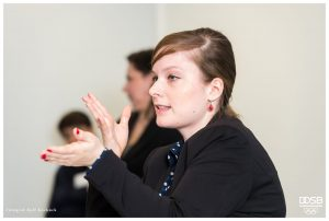 Porträtbild von Judyta Smykowski in der Diskussion.