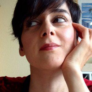 Ein Bild von Chasa, die ihren Kopf auf eine Hand gestützt hat und zur Seite schaut