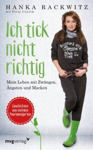"""Zu sehen ist das Buchcover. Darauf Hanka Rackwitz in brauner Kleidung und grünen Gummistiefeln. In grüner Schrift daneben der Titel: """"Ich tick nicht richtig"""""""