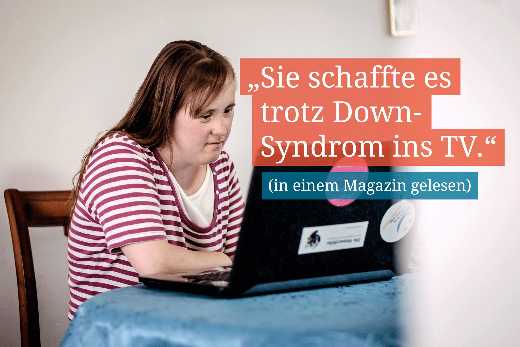 """Eine Frau sitzt vor dem Laptop und daneben steht der Text: """"Sie schaffte es trotz Down-Syndrom ins TV"""""""
