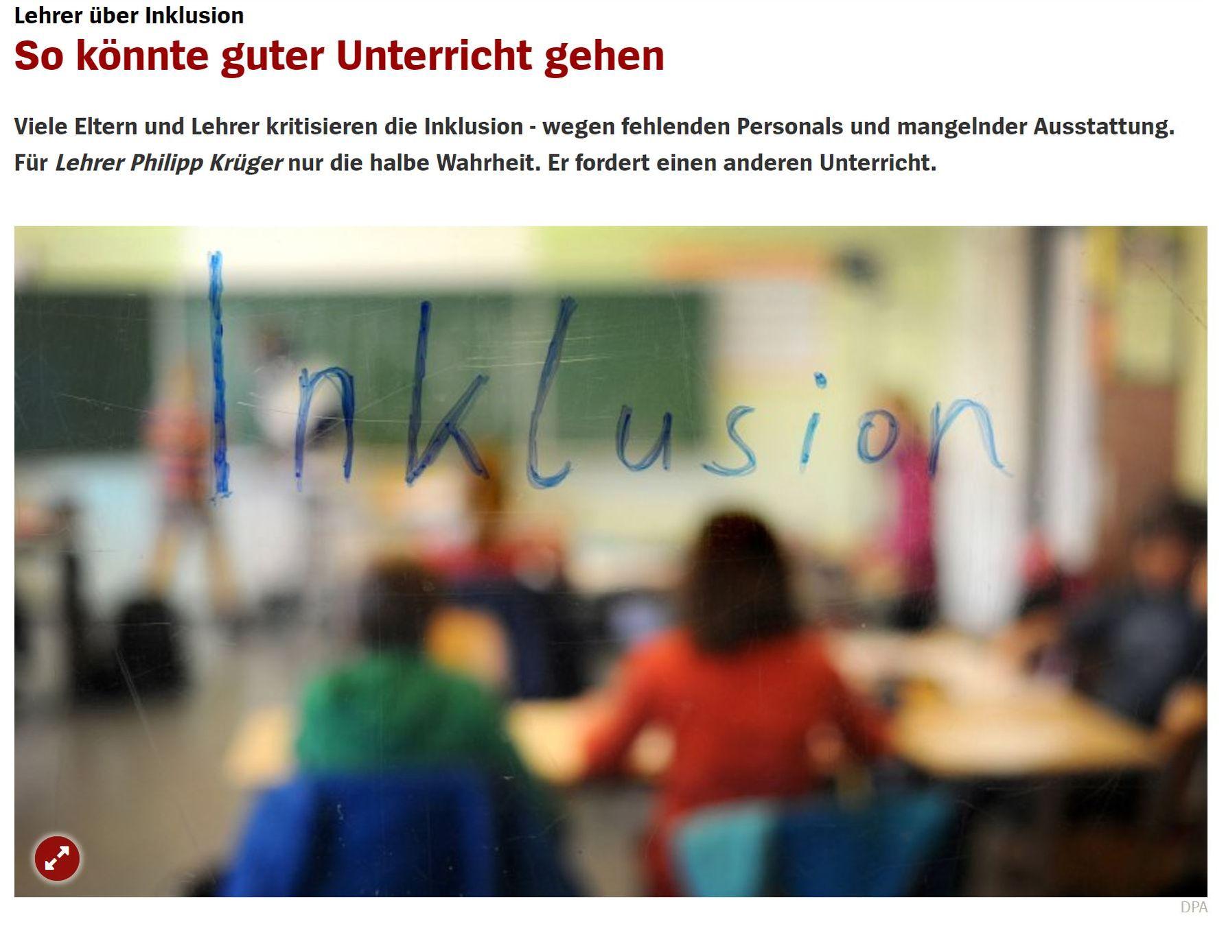 Ein Klassenzimmer mit Schüler*innen ist zu sehen. Die Kinder sind von hinten und nur verschwommen zu sehen, im Vordergrund steht das Wort Inklusion.