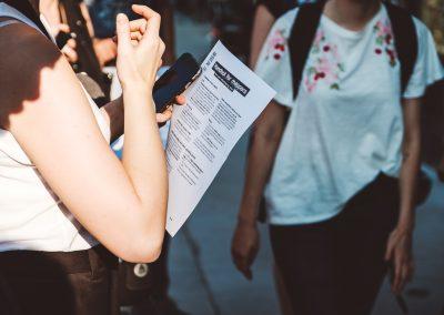 Eine Frau hält eine Liste in der Hand anhand dessen sie die Orte in der Wheelmap makiert.