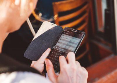 Eine Frau tippt in ihr Smartphone. Sie hat die Wheelmap geöffnet.