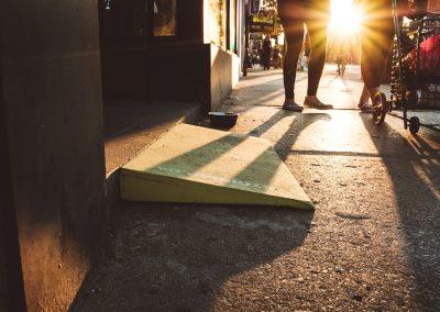 Eine hölzerne, gelbe Rampe ist in der Abenddämmerung auf der Straße zu sehen.