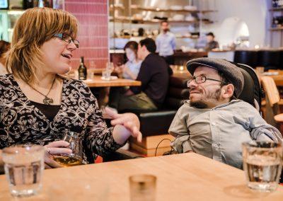 Melissa Graham und Raul Krauthausen unterhalten sich. Beide sitzen im Rollstuhl.