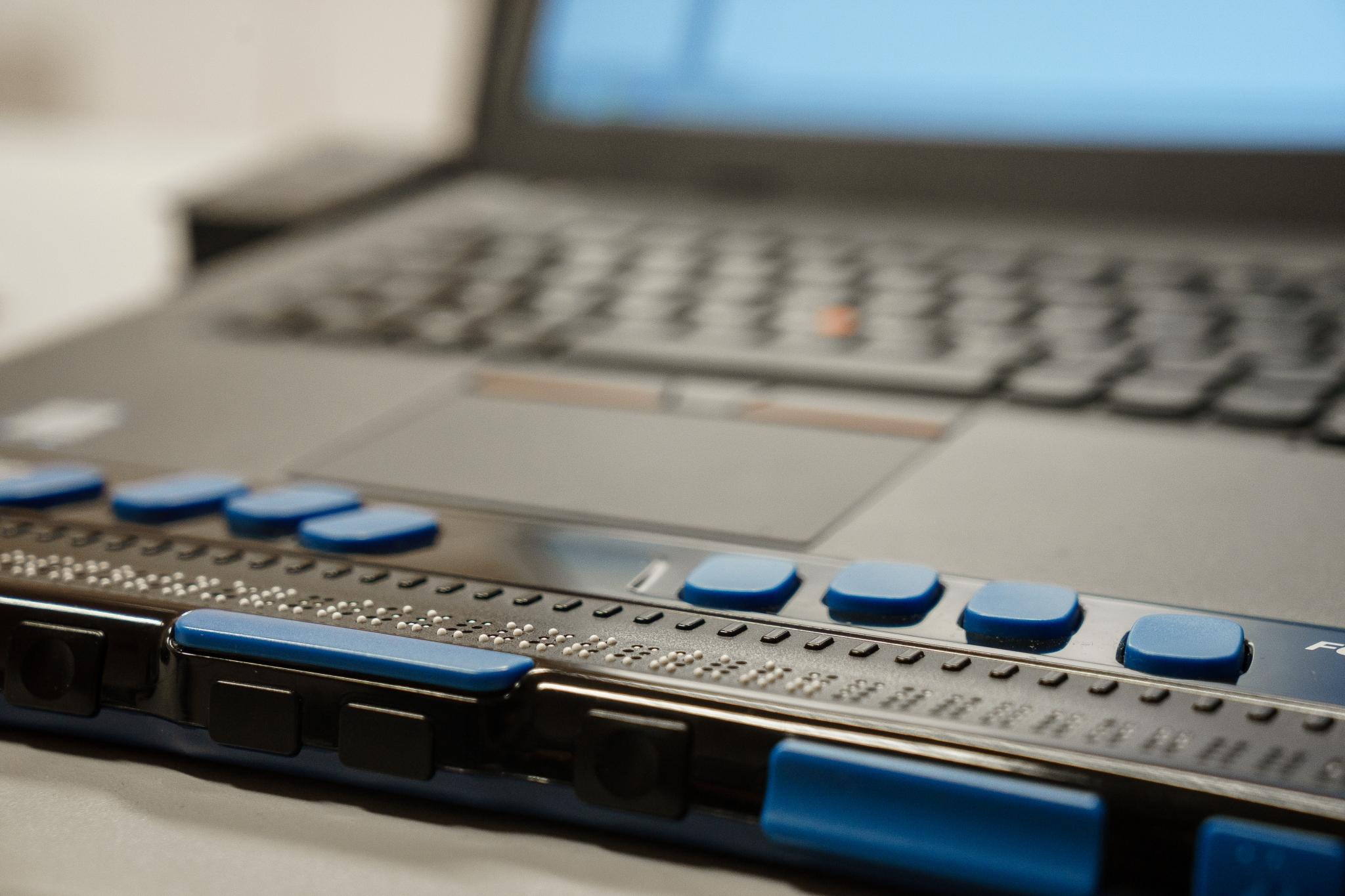 Bild 1: Ein Laptop mit angeschlossener Braillezeile ist zu sehen.