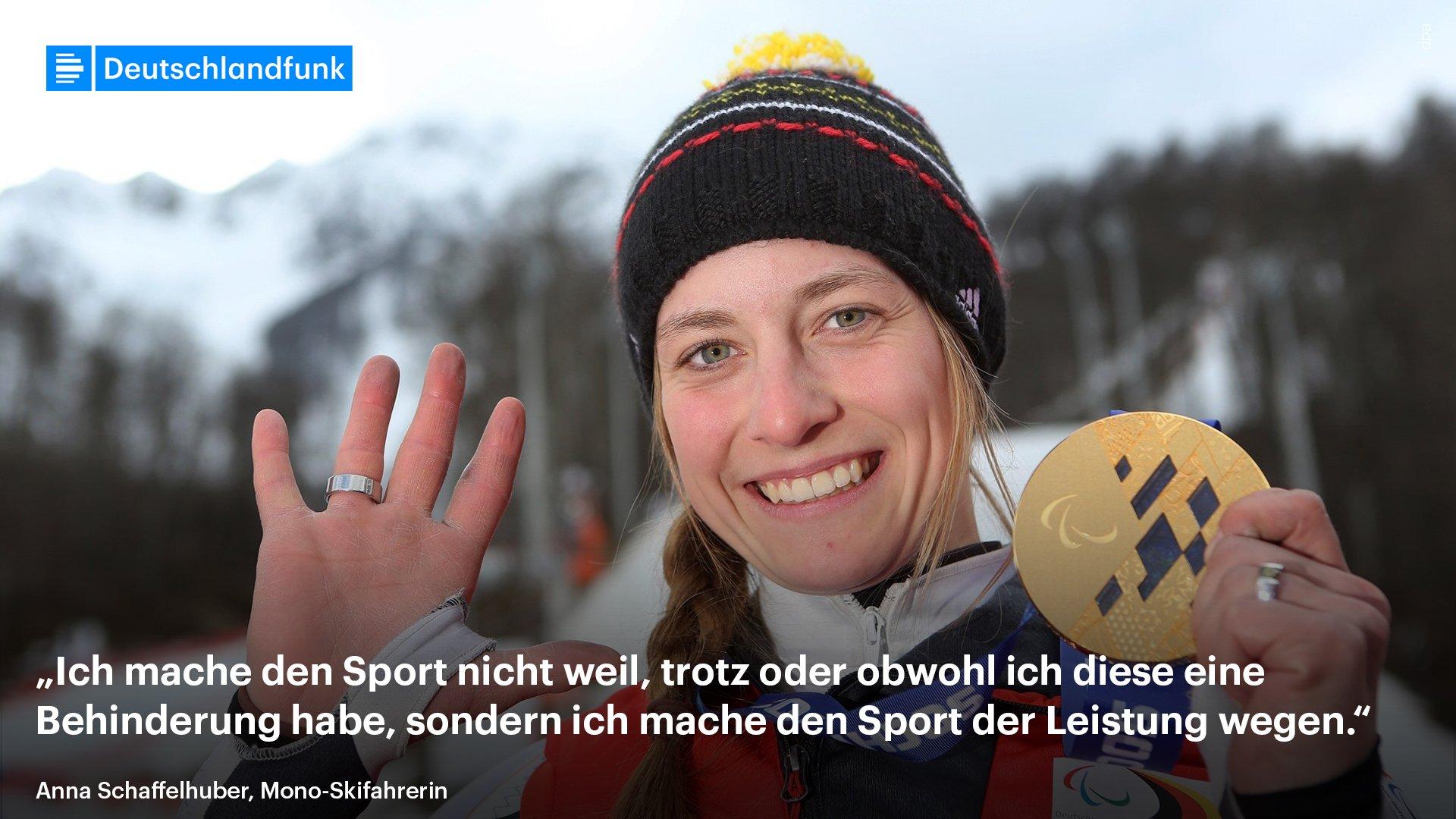 """Anna Schaffelhuber winkt lächelnd in die Kamera. In der anderen Hand hält sie ihre Goldmedaille. Im Hintergrund sind Schneeberge Südkoreas zu sehen. Dazu ein Zitat von ihr: """"Ich mache den Sport nicht weil, trotz oder obwohl ich diese eine Behinderung habe, sondern ich mache den Sport der Leistung wegen."""""""