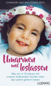 Ein kleines lachendes Mädchen auf einem Buchcover. Der Titel lautet Umarmen und loslassen