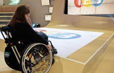 Judyta sitzt im Rollstuhl und versucht auf die Antwortfelder 1,2 oder 3 zu fahren.