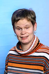 Gesa Rünker hat einen gestreiften Pulli an und lächelt in die Kamera.