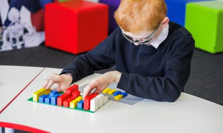 Ein blindes Mädchen erklärt uns, warum Legosteine mit Punktschrift Quatsch sind